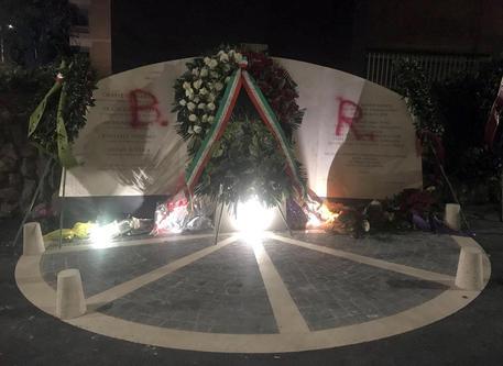 Roma, imbrattata la lapide di via Fani con scritte B e R