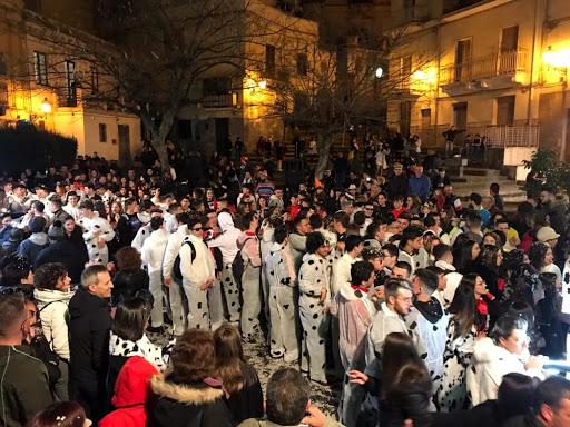 Carnevale a Bronte, cadono 2 ragazze durante sfilata