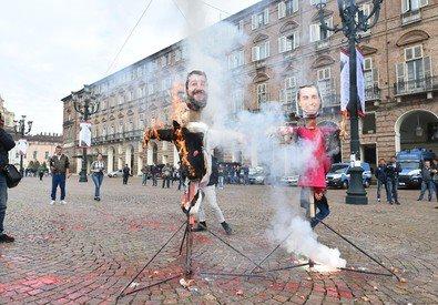Torino, studenti bruciano manichini di Salvini e Di Maio