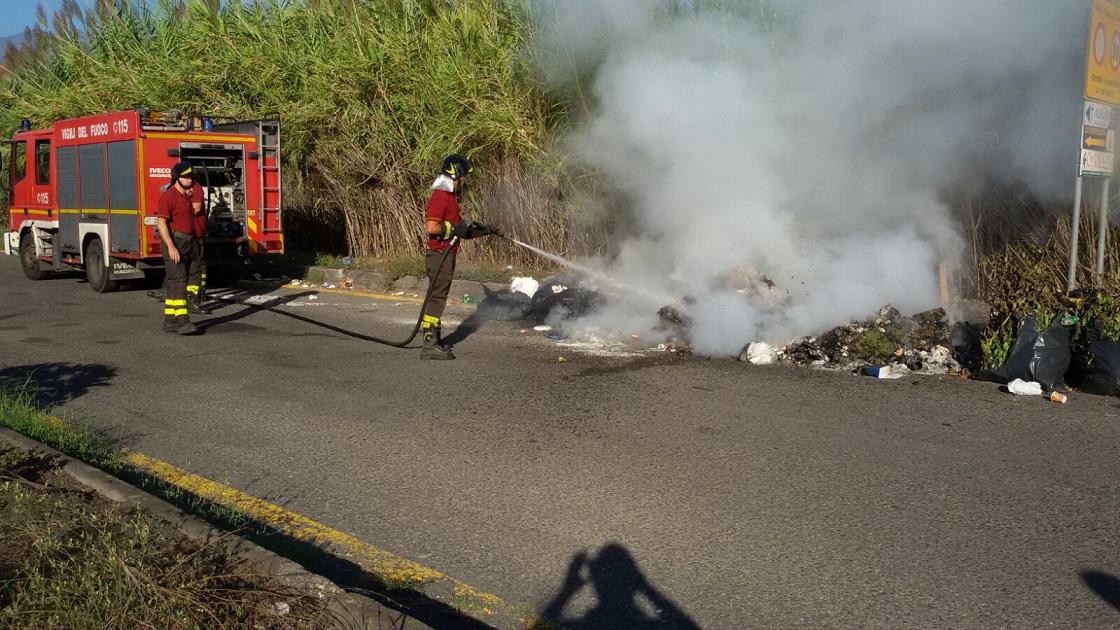 Bruciano rifiuti ingombranti, 2 denunciati dalla Forestale a Partinico