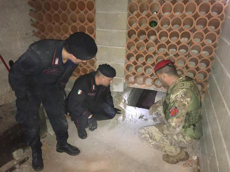 I carabinieri scoprono un bunker in un garage nel Reggino