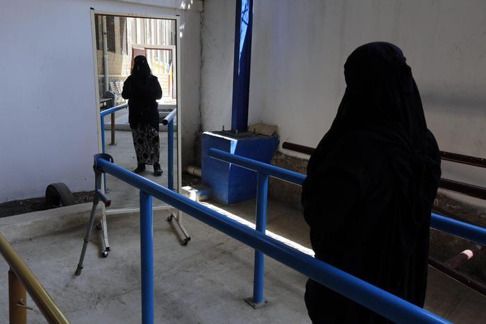 Calci e pugni alla moglie che non vuole indossare il Burqa: arrestato a Napoli