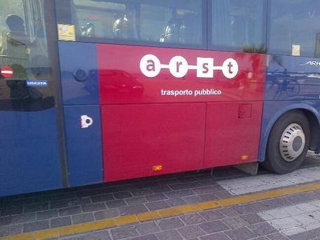 Cagliari: fiamme nel motore, paura su un pullman Arst