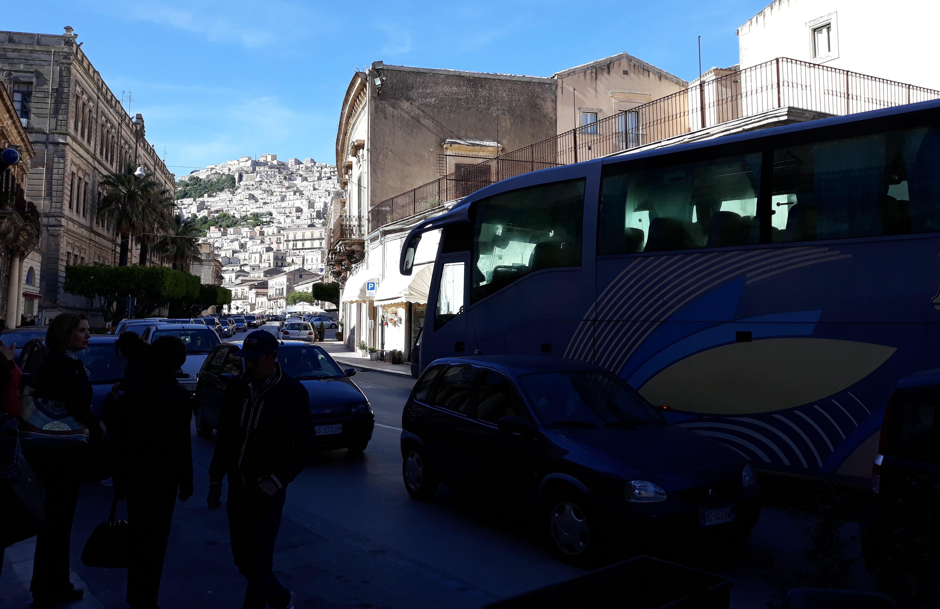 """Modica, centro storico """"ostaggio"""" di auto, bus e moto: serve l'isola pedonale"""