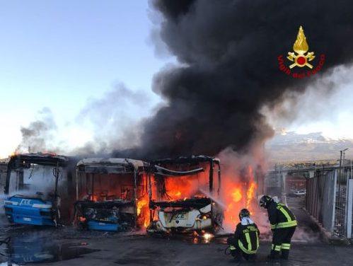 Tre autobus della Circumetnea in fiamme a Paternò: non è dolo