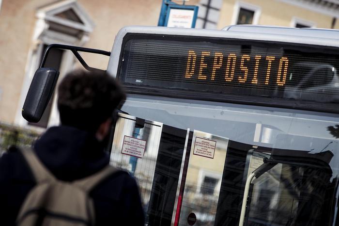 Sassi contro tre bus a Roma: donna ferita