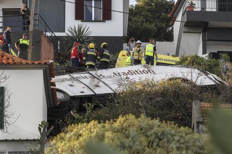 Bus con turisti tedeschi precipita in una scarpata in Portogallo: 29 morti