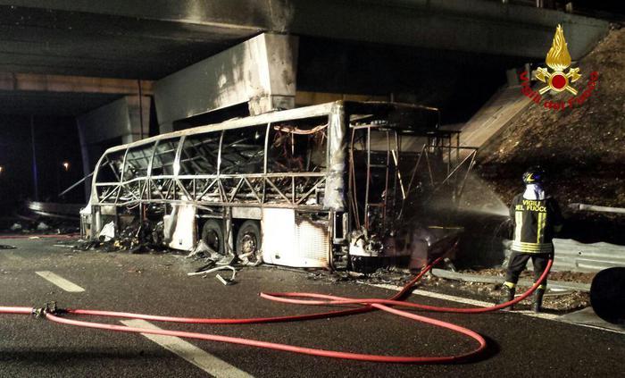 Verona, prende fuoco un bus di ragazzi ungheresi: 16 morti e 12 feriti gravi