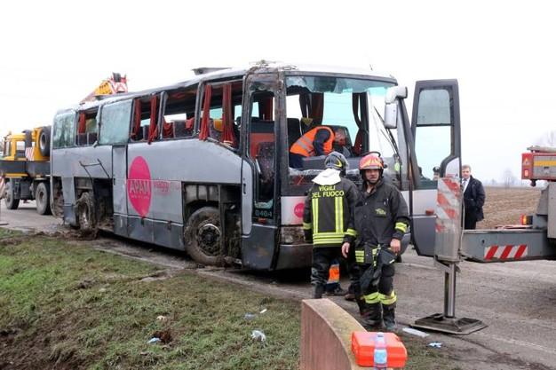 Bus finisce in una scarpata nelle Marche, nove ragazzi feriti