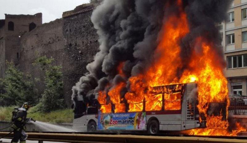 Roma, bus prende fuoco ed esplode in pieno centro