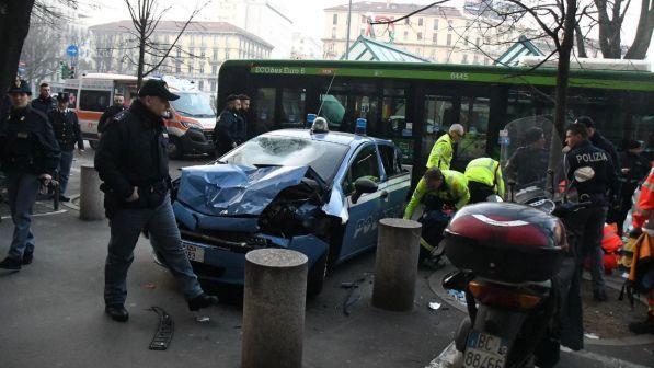 Milano, bus contro auto della polizia: 3 agenti feriti