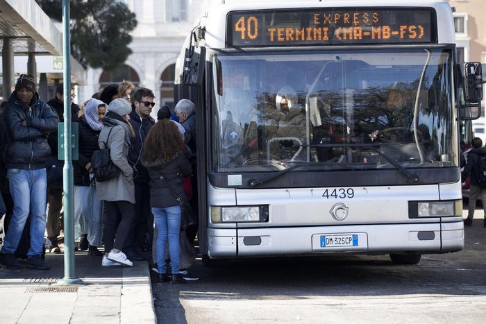 Autista di bus aggredito a Roma da tre ragazzi in corso Vittorio