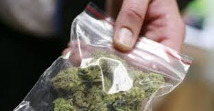 Siracusa, una bustina marijuana in piazza San Metodio