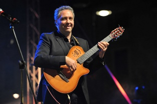 Il chitarrista Francesco Buzzurro in conterto al teatro Eschilo di Gela