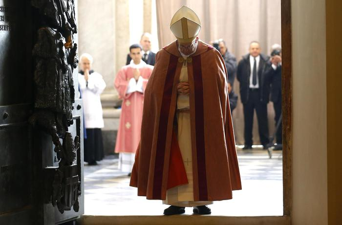 Giubileo, Francesco apre la Porta Santa di San Giovanni
