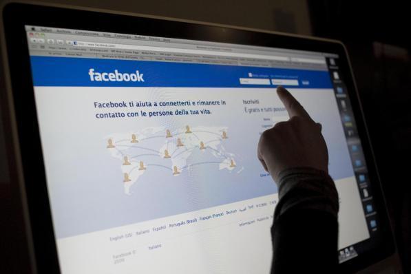 Catania, si innamora di un'altra donna e la perseguita in rete