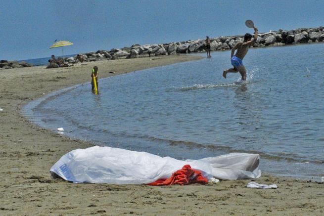 Migranti: cadavere di un giovane trovato nel mare di Catania