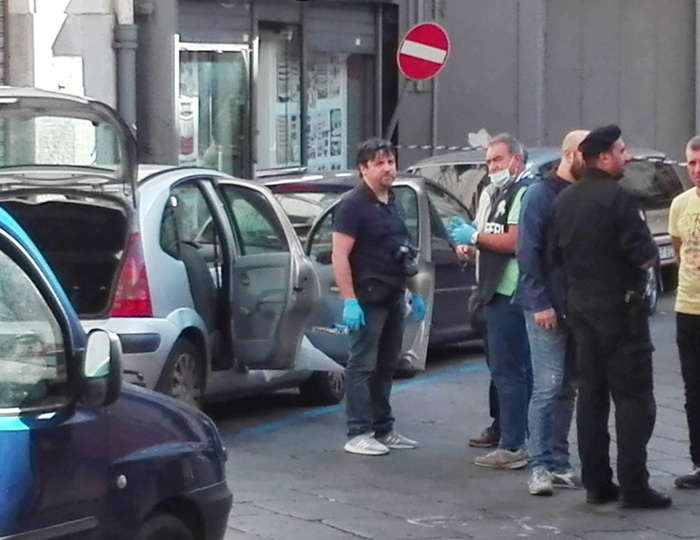 Napoli, all'interno di un'auto il corpo senza vita di un senzatetto