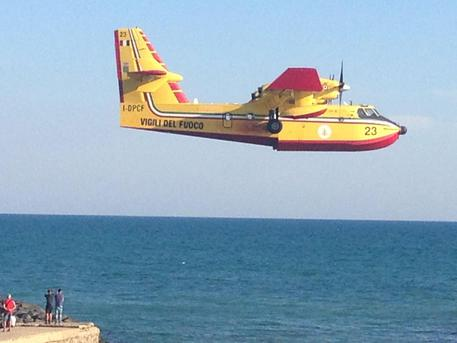 Domenica di roghi in Calabria, 128 incendi