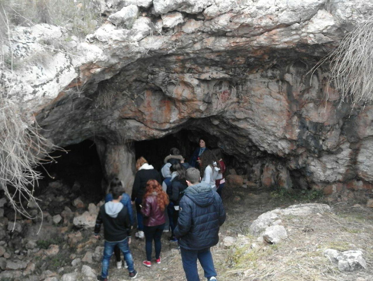 Volontari ripuliscono la grotta di Calafarina tra Marzamemi e Portopalo