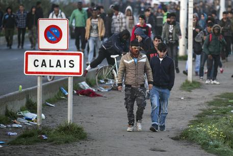 'Gas al peperoncino contro i migranti di Calais'
