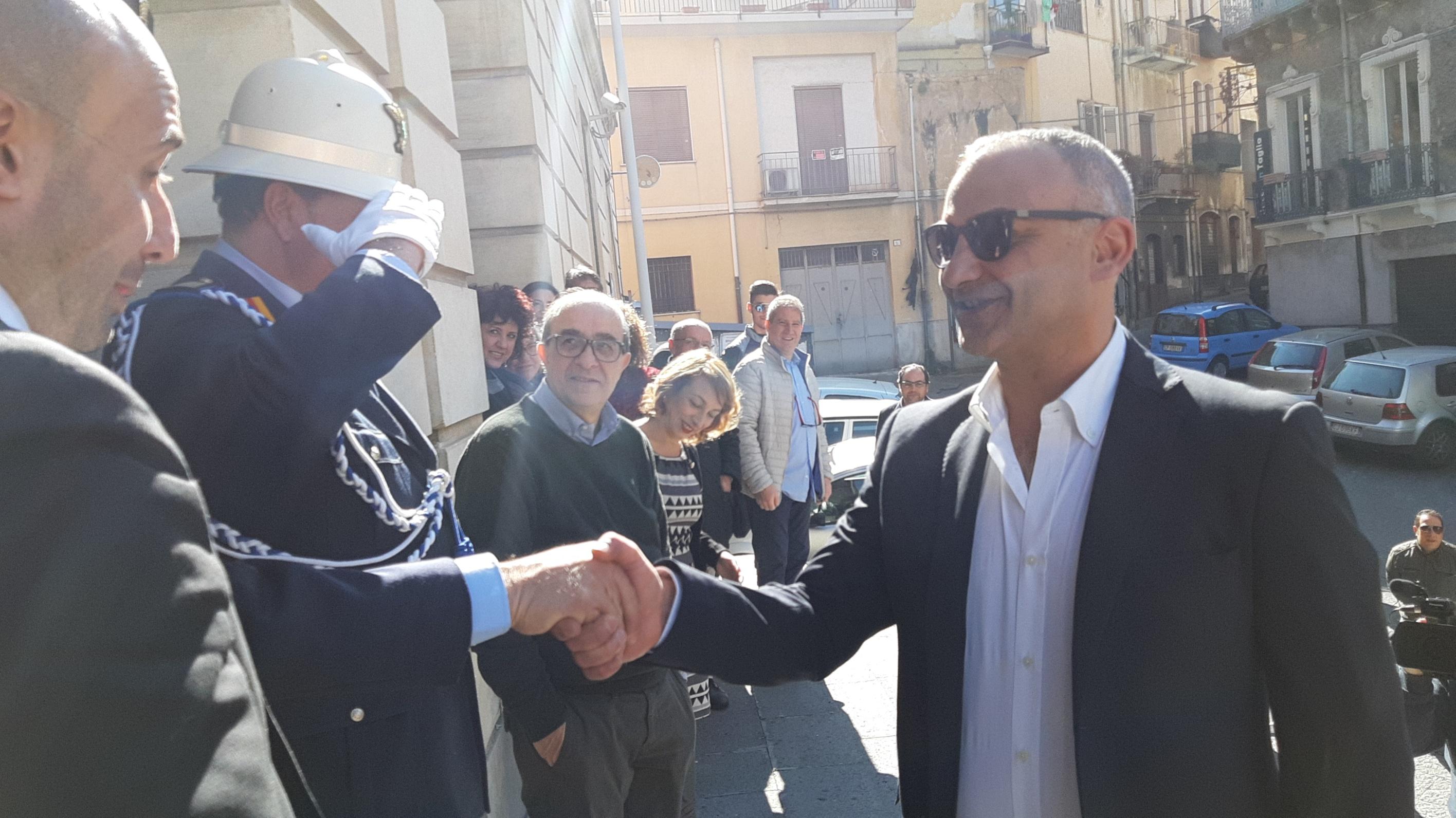 Il sindaco di Bronte torna al Comune dopo il rilascio e si commuove