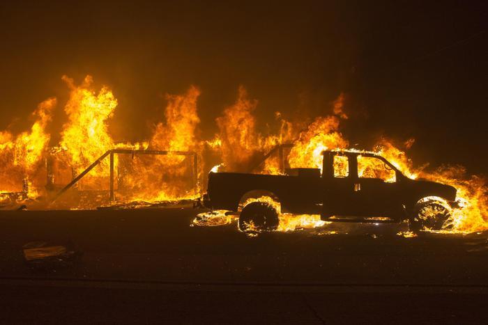 Brucia la California, 157 mila persone evacuate