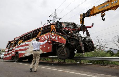 India, un camion con a bordo operai finisce in una scarpata: 10 morti
