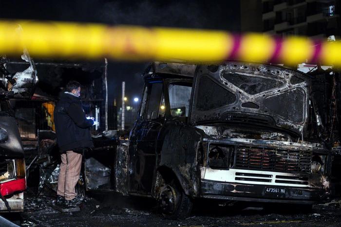 Alcuni camper in fiamme a Roma in zona Ostiense: un morto