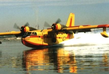 Siracusa, incendio di vaste proporzioni a Case Damma: Canadair in azione