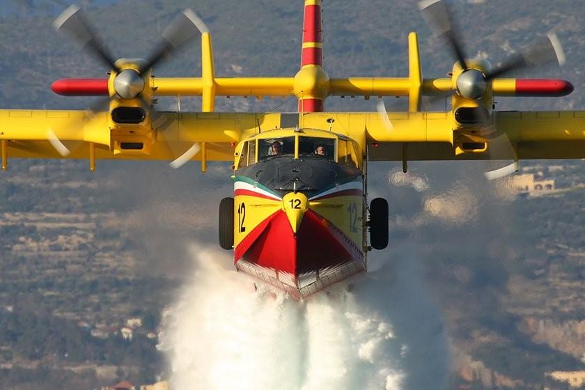 Siracusa, vasto incendio a Tremmilia: Canadair in azione sul Cassibile