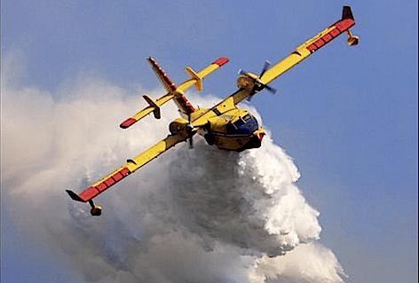 Fiamme tra Belvedere di Siracusa e Città Giardino: Canadair in azione