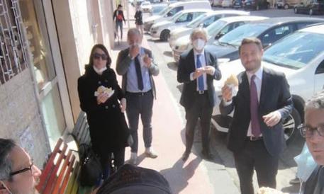 Bufera social su Cancelleri e sindaco di Caltanissetta che mangiano in strada