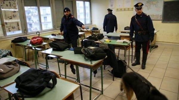 Controlli antidroga con i cani al liceo classico di Palermo