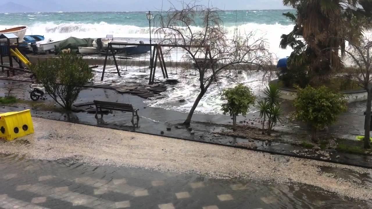 Eolie isolate, mareggiate provocano danni a Lipari