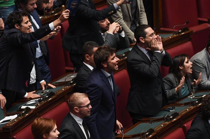 Legge elettorale, il governo mette la fiducia: caos in Aula