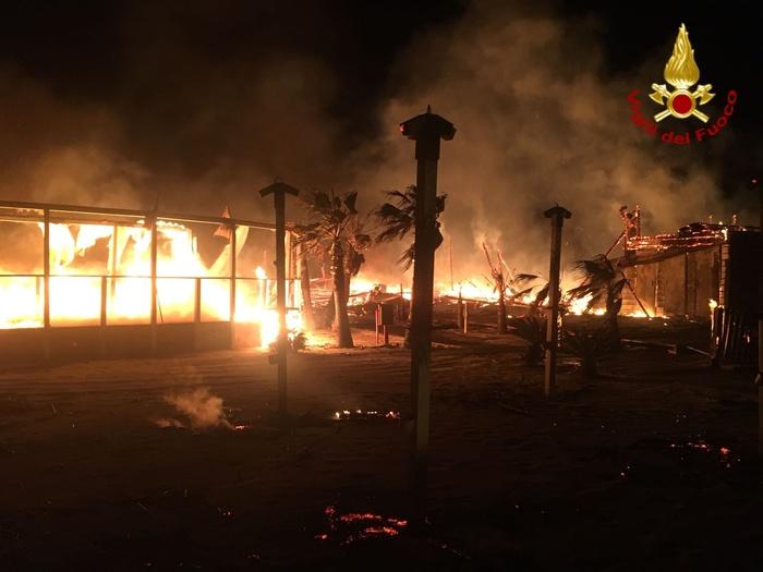 Incendi, Lido balneare a Catania ridotto in cenere