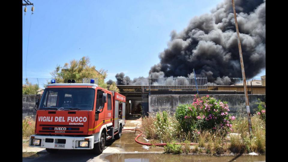 Catania, domato incendio capannone nella zona industriale