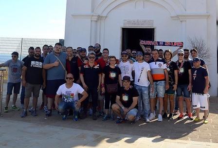 Tifosi del Crotone in pellegrinaggio a piedi a Capocolonna per la salvezza