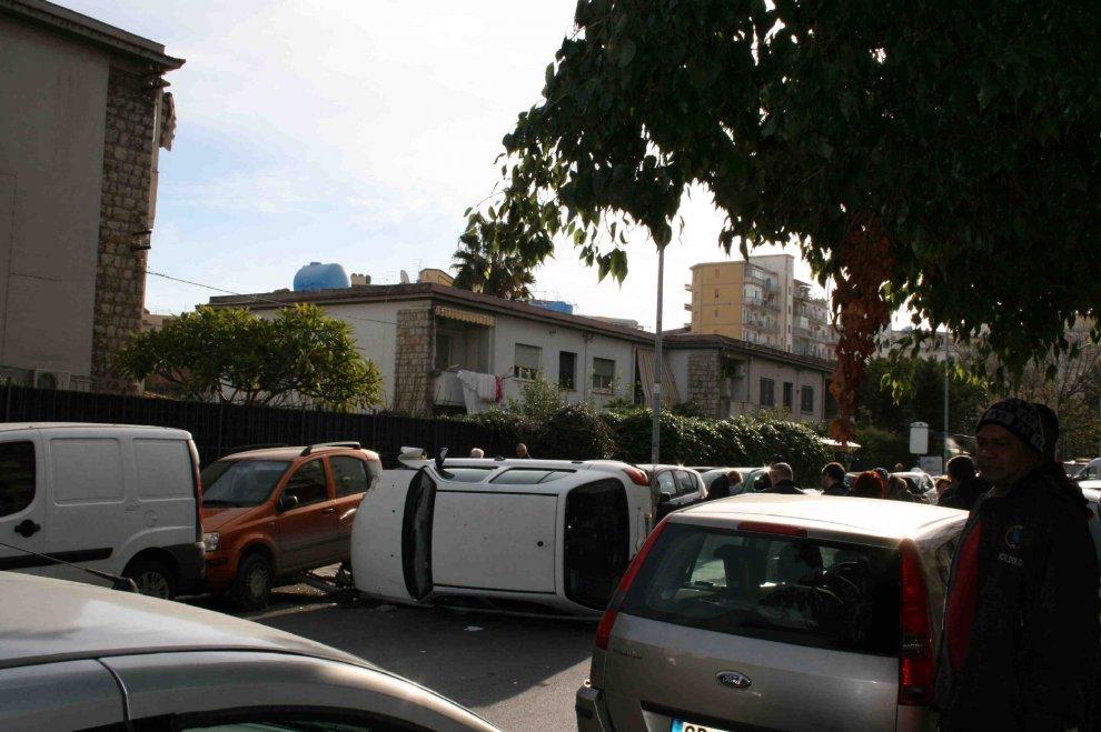 Palermo, capotta con l'auto e danneggia 8 vetture all'Uditore