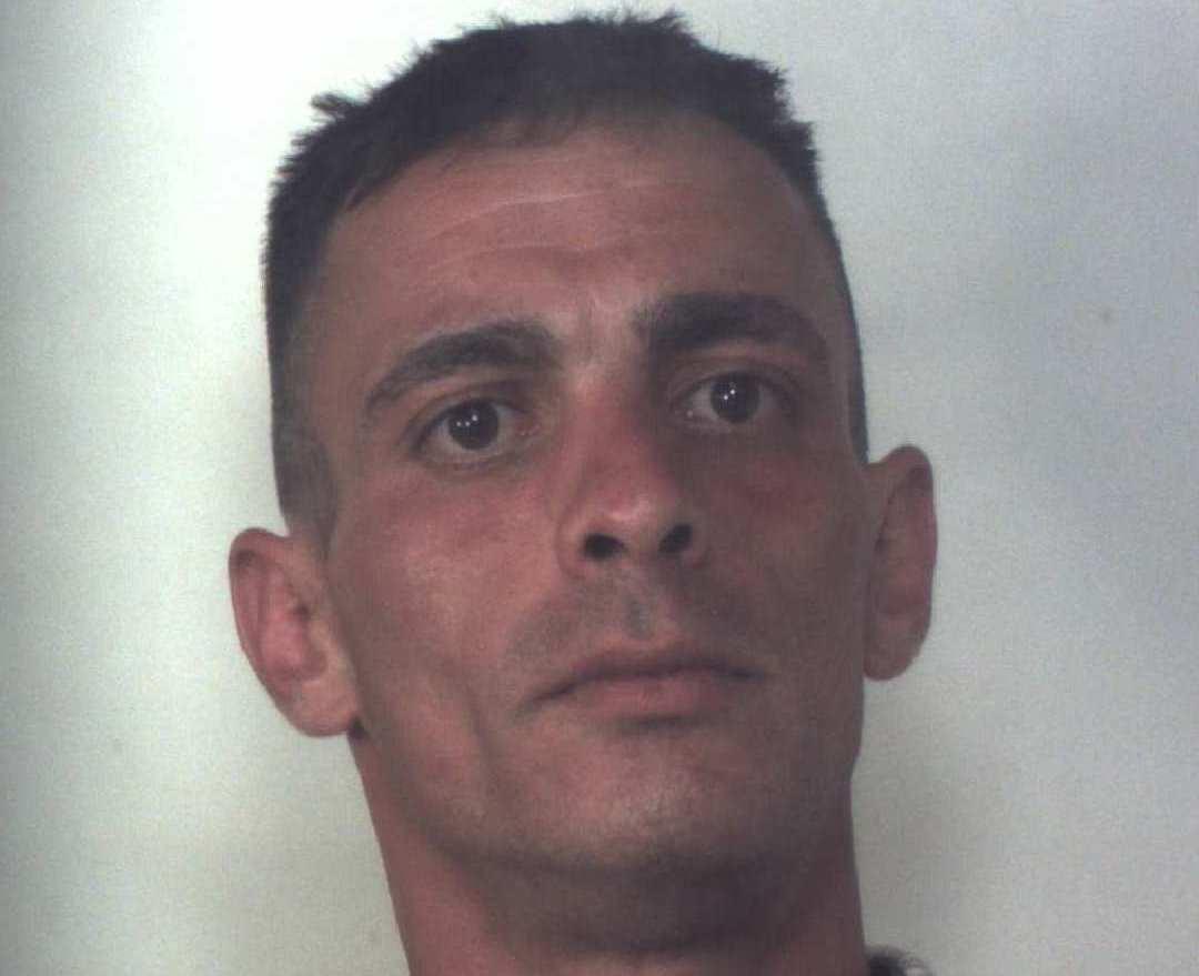 Siracusa, girava in auto con fare sospetto: gli trovano mezzo chilo di 'fumo'