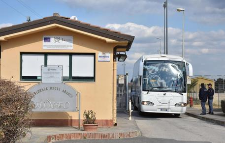 Migranti, altri 50 adulti lasciano il Cara di Mineo: trasferiti a Enna