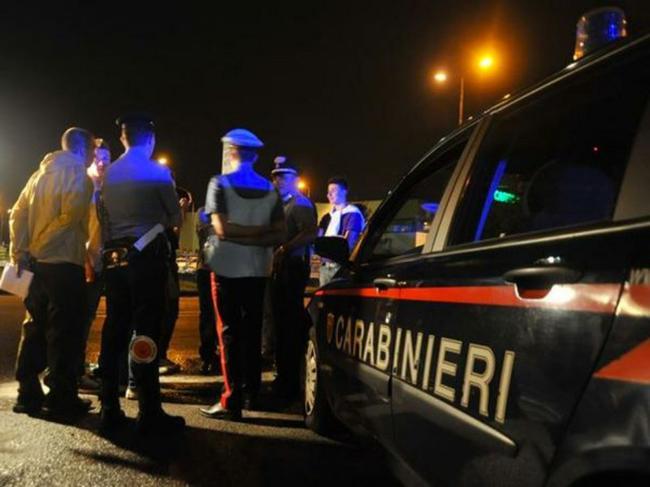 Ubriaco prende a sprangate una coppia in un pub nel Salernitano