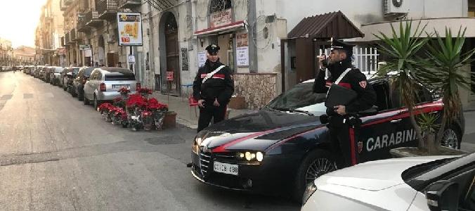 Palermo, s'intrufolano in veglia funebre per evitare cattura: due presi