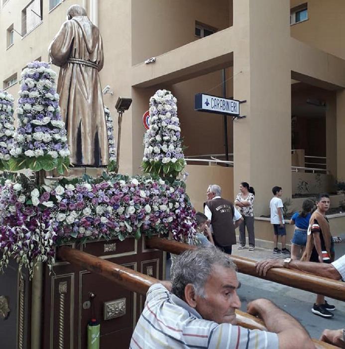 Processione allo Zen di Palermo con inchino  alla Stazione carabinieri
