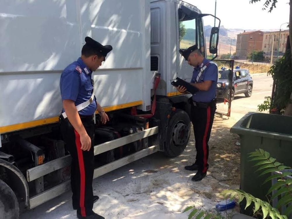 Furto di gasolio dai mezzi della raccolta rifiuti, arrestata nel Trapanese