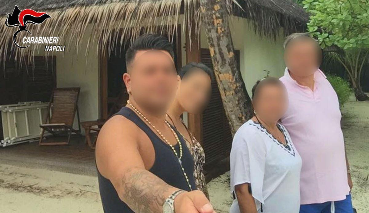 Alle Maldive coi soldi dei furti nelle case. Selfie in spiaggia