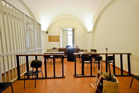 Abusa sessualmente delle figlie minorenni, arrestato a Napoli