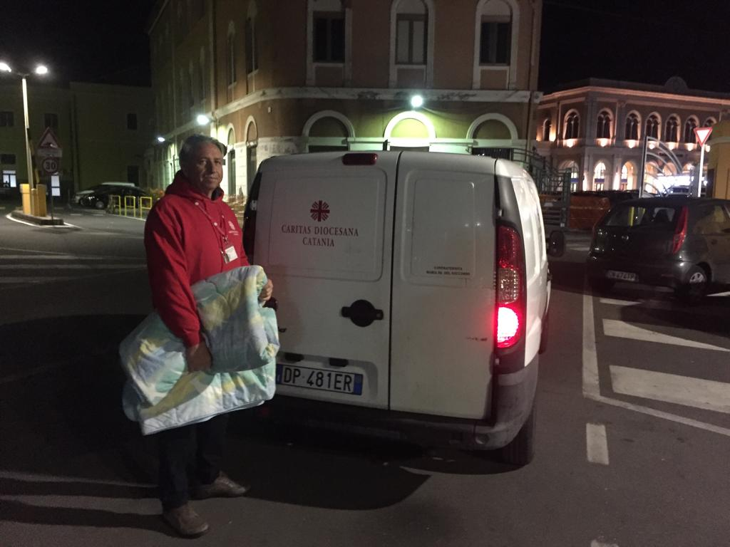 Emergenza freddo, a Catania la Caritas distribuisce coperte