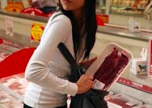 Rosolini, ragazzina di 18 anni ruba per fame: viene presa all'uscita del supermercato